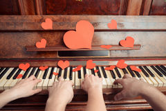 Jeux de couples sur le piano Photos stock