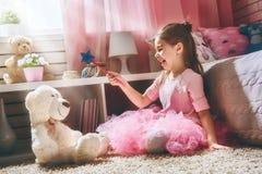 Jeux de fille avec la baguette magique magique Photo libre de droits