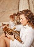 Jeux de fille avec un chat Photographie stock libre de droits