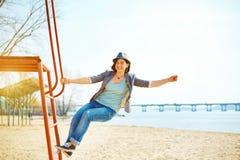 Jeux de fille sur la plage de mer Images libres de droits