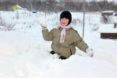 Jeux de garçon dans la boule de neige Photographie stock