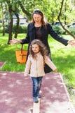 Jeux de grand-maman avec sa petite-fille dehors Photo stock