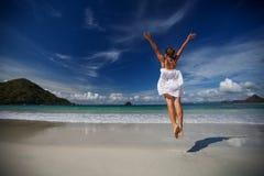 Jeux de jeune femme à la mer Image libre de droits