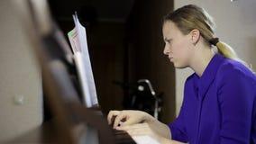 Jeux de l'adolescence de fille sur le clavier du piano numérique clips vidéos