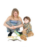 Jeux de mère avec son petit garçon Photographie stock