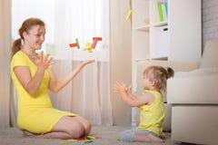 Jeux de maman avec des jumeaux d'enfants Image stock