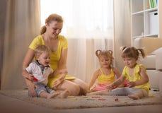 Jeux de maman avec des jumeaux d'enfants Image libre de droits