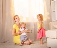 Jeux de maman avec des jumeaux d'enfants Photos libres de droits