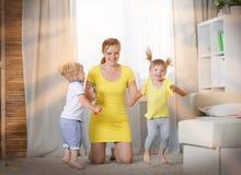 Jeux de maman avec des jumeaux d'enfants Images libres de droits