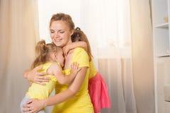 Jeux de maman avec des jumeaux d'enfants Photographie stock libre de droits