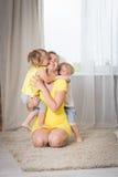 Jeux de maman avec des jumeaux d'enfants Images stock