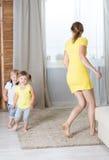 Jeux de maman avec des jumeaux d'enfants Photographie stock