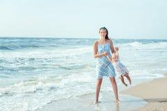 Jeux de maman avec le bébé Photographie stock libre de droits
