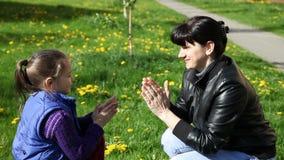 Jeux de maman avec ses mains de applaudissement de fille banque de vidéos