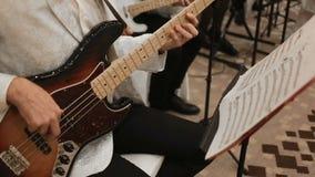 Jeux de musicien sur la guitare basse de concert banque de vidéos