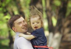 Jeux de papa avec la fille en parc d'été Photos libres de droits