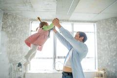 Jeux de papa avec sa petite fille Photographie stock libre de droits