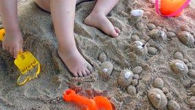 Jeux de petite fille avec des jouets en sable banque de vidéos