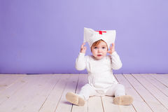 Jeux de petite fille dans l'infirmière d'hôpital Photographie stock libre de droits