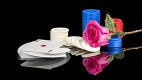 Jeux de poker avec un rose rose et des puces Photographie stock libre de droits