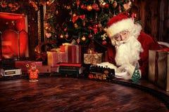 Jeux de Santa avec le chemin de fer Images libres de droits