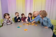 Jeux de société de jeu d'enfants photo libre de droits