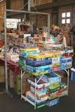 Jeux et puzzles de société à vendre au marché aux puces dans l'IJhallen, Amsterdam Photographie stock libre de droits