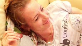 Jeux heureux de fille de mère et de bébé de famille, étreindre, embrassant à la maison sur le sofa banque de vidéos