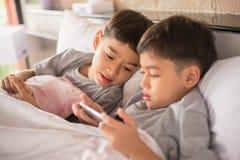 jeux mobiles avec des enfants Photographie stock libre de droits