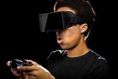 Jeux vidéo avec le casque et le contrôleur de VR Photos stock
