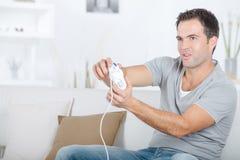 Jeux vidéo de jeu d'homme âgés par milieu beau Images stock