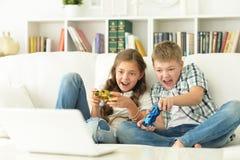 Jeux vidéo de jeu de frère et de soeur Photographie stock
