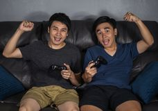 Jeux vidéo et victoires jouants pour deux hommes image stock