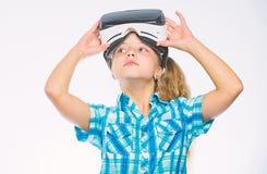 Jeux virtuels de jeu d'enfant avec le dispositif moderne Explorez l'occasion virtuelle Les plus nouveaux jeux de réalité virtuell photos stock