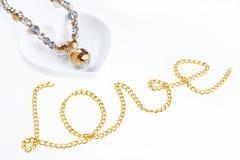 Jewel le collier sur la soucoupe en forme de coeur et l'enchaînez Images libres de droits