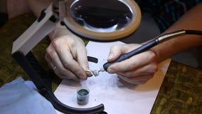 Jeweler που γυαλίζει το χρυσό δαχτυλίδι με απόθεμα βίντεο