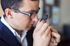 Jeweler που εξετάζει το διαμάντι μέσω του loupe Στοκ Εικόνες