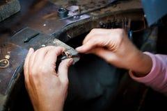 Jeweler που λειτουργεί με το χρυσό δαχτυλίδι αρχείων βελόνων στο worksho κοσμημάτων στοκ φωτογραφίες