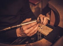 Jeweler στην εργασία στο εργαστήριο κοσμημάτων Στοκ Φωτογραφίες