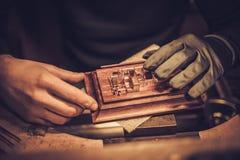 Jeweler στην εργασία στο εργαστήριο κοσμημάτων Στοκ Φωτογραφία