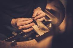 Jeweler στην εργασία στο εργαστήριο κοσμημάτων Στοκ εικόνα με δικαίωμα ελεύθερης χρήσης