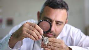 Jeweler στο κατάστημά του απόθεμα βίντεο