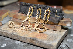 Jeweler gold jewelry in the workshop Royalty Free Stock Photos