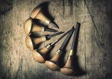 Jewelery工具:在珠宝商` s工作场所,与一个木结构的棕色背景,圈子的雕刻刀 库存图片