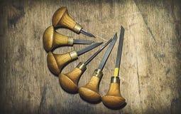 Jewelery工具:在珠宝商` s工作场所,与一个木结构的棕色背景,圈子的雕刻刀 免版税库存照片