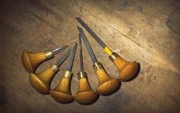 Jewelery工具:在珠宝商` s工作场所,与一个木结构的棕色背景,圈子的雕刻刀 免版税库存图片