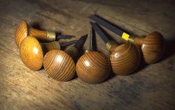 Jewelery工具:在珠宝商` s工作场所,与一个木结构的棕色背景,圈子的雕刻刀 库存照片