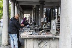 Jewelery立场在一个跳蚤市场上在布鲁日,比利时 库存图片