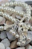 Jewelery de perle sur des pierres images libres de droits