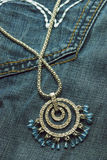 Jewelery no calças de brim Fotografia de Stock